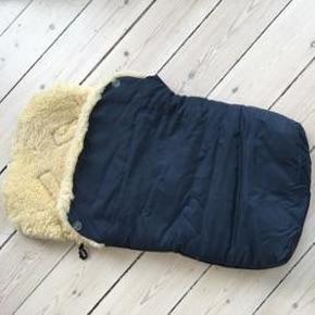 Den bedste uldkørepose! I mørkeblå. Kan lynes helt af. Lidt pletter foran, ikke forsøgt fjernet. De ses dårligt på det blå nylon. Elastikkerne er blevet slappe, men virker efter hensigten. Lynlås knækket, men kan få en ring i.