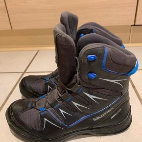 Næsten nye Salomon vandrestøvler.  Brugt Max tre gange, er derfor så gode som nye, ingen brugsspor andet en lidt støv som kan tørres af med en klud.  Np: 1400kr Str 43 1/3  Byd løs!
