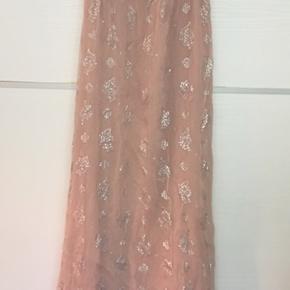 Smuk romantisk boho boheme maxikjole. Kjolen er lang og er gammelrosa med sølv mønster. Ærmerne er halv gennemsigtige. Super smuk kjole.