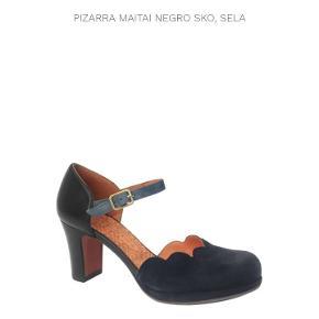 De smukkeste og mest velsiddende pumps fra det spanske mærke Chie Mihara, som er kendt for at lave sko, man man have sine tæer i (designeren er tidl. ortopæd). Jeg er stor Chie-fan. Men bruger normalt str. 39,5 i pumps og 40 i støvler i det mærke. Disse her kunne jeg kun få i str. 39 og de er altså for små til mig. Bemærk, at Chies str. er venlige, dvs. jeg kan fx bruge 39,5 i dét mærke selv om jeg typisk er 40 i lukkede sko pga bred forfod. Disse pumps er prøvet på et par gange, men jeg må erkende, at de er for små til at jeg kan gå i dem. Øv. Men så er du så heldig at de kan blive dine for halv pris af nyprisen. De kostede cirka 2000 kr og jeg sælger dem for 1000 inkl. porto. NB: De skal sendes senest på fredag den 16/10, for der pakker vi hele vores hus ned inden det skal renoveres!