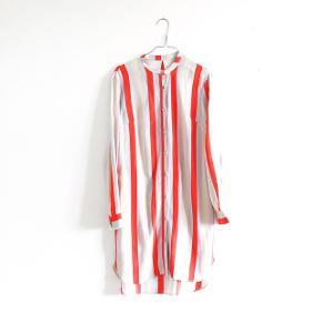 Den smukkeste stribede skjorte kjole fra Stine Goya. Den er en kollektionsprøve, og der er derfor hverken nametag eller size label i. Den svarer til en størrelse s - Længde: 89 cm foran. 99 cm bagpå.   Jeg bytter ikke. Alle pakker sendes med DAO, med mindre andet er aftalt.    Husk også at se mine andre annoncer, da jeg sælger stort ud i øjeblikket 🍋