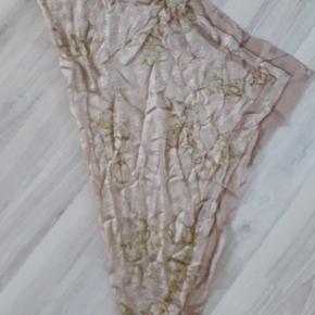 Guess silketørklæde str.  85 x 85 cm. Farven er nok nærmere pudder end beige, men det var ikke en mulighed man kunne vælge ;)