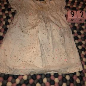 Fineste kjole fra Soft Gallery Brugt med minimal fnuller og en større plet foran. Np over 400,- byd fair.  Sender gerne mod betaling eller afhentes i Køge