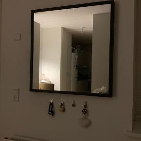 Spejl i sort fra IKEA, 65 x 65 cm.