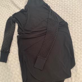 Fin kjole, brugt få gange. Str. XXS - jeg er en S og den er lige stram nok om ærmerne til mig, men en XS kan sagtens passe den (eller en S med tyndere arme end mig 🤣🙈)   Kan afhentes i Buddinge, hvis man vil spare fragten.