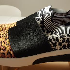 FEJLKØB! Et par flotte Leopard sneakers med sort skindstykke over vristen fra Skechers - Mark Nason LA. - aldrig brugt, kun prøvet på flere gange Str:: EUR 41, USA 11, UK 8, - 28 CM Nyprisen 999 kr. - sælges for 375 kr. PP