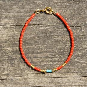 Nativo jewelry  Håndlavet smykker af seed beads i højeste kvalitet. Vedhæng, lås samt guldperler er sterling sølv belagt med 24 karat guld.   Mål: Armbånd laves i str. 15,4-18 cm  Tjek også annoncerne for choker/halskæder, custome design/mål kan bestilles.  Tags: rød/rødt perlearmbånd, perlechoker, choker
