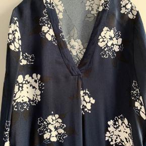 Hamil Dress fra Samsøe & Samsøe i str. L. Kjolen er brugt max 3 gange, så er i rigtig fin stand. Mindstepris kr. 250 pp. Bytter ikke.