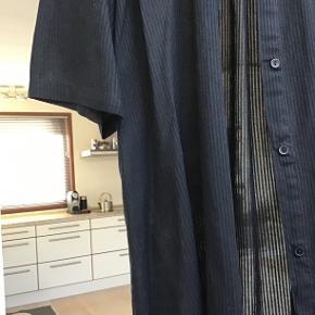 Skøn stribet tunika sælges. Ærmerne kan rulles op og sættes fast med en knap. Brystmål : 2x 63 cm Længden 92 cm