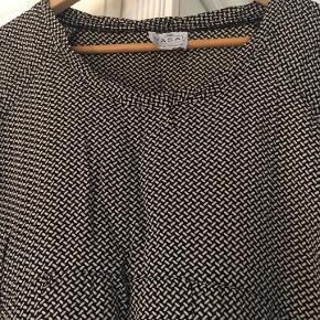 super fin tunika / bluse fra Masai str. L i mønster med farverne sort / sand mærkat desværre klippet af, så kan ikke fortælle hvad materiale den er lavet af: næsten som ny bud fra 200 kr + evt. forsendelse  *Handel kan foregå kontant, via TS, bankkonto & Mobilepay*
