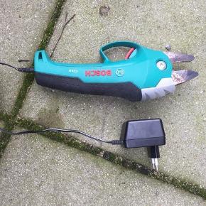 Spar på kræfterne .... Bosch ciso .....elektrisk Beskæresaks m. oplader .... kan klippe grene på Ø 2,5 cm. ... virker perfekt ...kun brugt få gange.