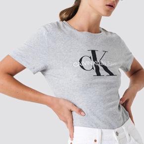 Grå Calvin Klein t-shirt. Brugt få gange. Men stadig i god form. T-shirten har et lille hul under en af armhulerne men meget småt.  Ny pris : 400kr. Men sælges for 150kr. Siden den stadig er i god stand