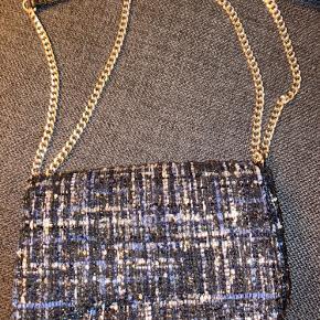 Virkelig flot blå glimmer Beck Søndergaard taske sælges da jeg ikke får den brugt. Den står kniv skarp og ingen brugsspor at se.