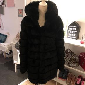 Stor dejlig sort Fake Faux jakke. Super lækker og varm.Købt sidste år, brugt få gange Str M men passes også af L  Købt på trendday.dk