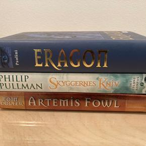Fantasy bøger, alle tre: Artemis Fowl. Eragon, 1. bind i Arven-trilogien. Skyggernes kniv, 2. bind i Det gyldne kompas.