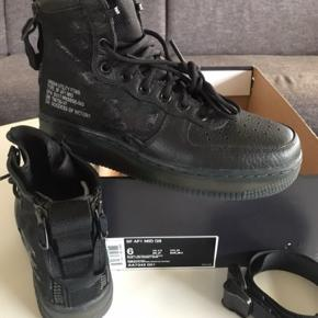 Smart Nike Sneakers støvle med fede detaljer.  Aldrig brugt.  Måler indvendigt 24 cm.