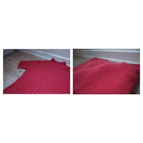3/4 ærmet Silke bluse  - Ribstrikket - Farve: en blanding af rød og laksefarvet    Pasform: Er en str. XL men passer en S/ M