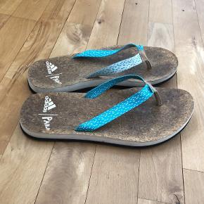 Et par adidas/ Parley flip flopper med korksål og ydermål i EVA. størrelse US 6, UK 5, FR 38 og fodlængde 23,5cm