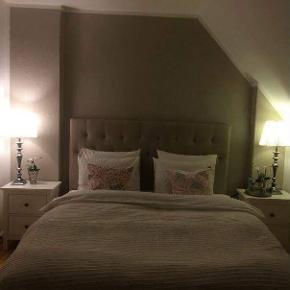 Hemnes senge borde   Ny pris 600,- stk   Sælger samlet for 600,-   Tegn på slid men stadig i god og fin stand