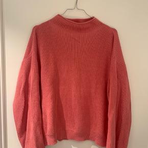 Dejlig blød og varm sweater i den flotteste farve!  Har tilføjet billeder af modeller der har den på bare i andre farver 😊 nypris var 1000