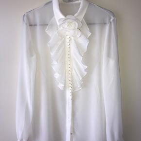 Sælger denne guess skjorte med blomsterbroche, da jeg aldrig har brugt den.   Mener nok det er en M men kan sagtens passe en S også   Np: 1400,- Mp: 700,- (eller byd)  • røgfrit hjem🚭 • betaling foregår kun over MobilePay💸 • sender gerne📦 • byd endelig☺️