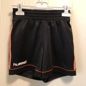 Fede shorts fra Hummel - sort og orange.   Mærket er lidt forvasket - derfor prisen😉  Sender gerne med DAO, men du er også velkommen til at hente selv - kontaktfri med mobilepay😊