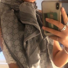 Halstørklædet er super flot, men man kan se at det er blevet gået med. Du kan altid skrive hvis du vil have billeder