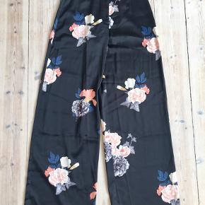 Skjorte i S og bukser i XS. Bukser højtaljede og lange.