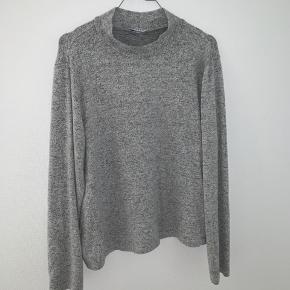 Sweater i blødt materiale fra pieces. Den er str L men fitter medium. Skriv for flere billeder eller hvis du har et bud.