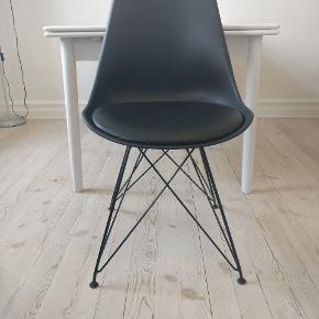 Velholdte spisebordsstole. Sælges samlet og prisen er 250/stk. Derfor samlet 1000.