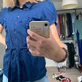 Fin skjorte fra kaffe, der står str 40 i mærket men fitter nok mere en s/m