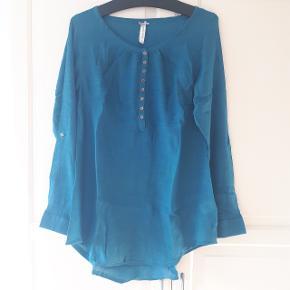 Lang skjorte fra Ze-Ze concept i str. M.  Måler ca. 50 cm fra ærmegab til ærmegab.  Hentes i Roskilde eller sender med DAO mod betaling af fragt.