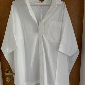 Aldrig brugt. Bred oversize skjorte som kan passe alle størrelser. Bud fra 300pp