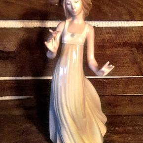 * Lladro-porcelænsfigur, Smuk pige med elegant hat og blomst * Pris; 500,00 kr. * Højde; 27 cm. * I perfekt stand - ingen skår eller kanthak.
