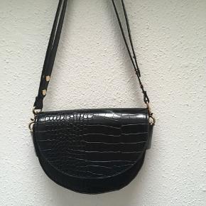Elgant sort skuldertaske fra Mango sælges. Måle: 18 x 22 cm. Hanken kan justeres til kort eller lang🌸  Tags: Mango Skuldertaske