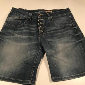 Varetype: Shorts Farve: Blå Oprindelig købspris: 1199 kr.  Sælger disse klassiske shorts fra Please, i str. L :-)  Har været brugt et par enkelte gange, derfor standen er sat til ny :-)