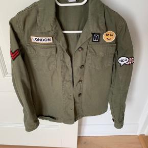 Str s (str ca 10 år) Rigtig fin overgangsjakke/skjorte.  Den er brugt max 5 gange og vasket 1 gang.  Fejler ikke noget.