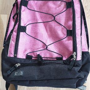 Jeva provider taske. Passer til børn fra 4 klasse og op. Kan sagtens indeholde bærbar. Tasken er brugt knap 6 måneder, så uden slid. Fra røgfrit hjem.