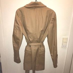 Rigtig lækker jakke fra Tiger of Sweden! Aldrig brugt, den har dsv bare hængt på et tøjstativ. Str 42. Og meget normal i størrelsen tænker jeg. Kan dsv ikke passe den, så derfor er der ingen billeder med den på. Men hvis det ønskes så skriv endelig!