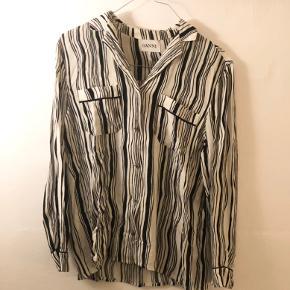 Rigtig flot og klassisk Ganni skjorte i sort/hvid 🌸  Byd gerne • mængderabat gives • køber betaler fragt
