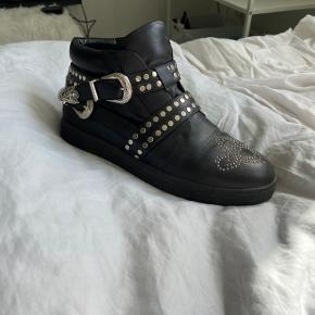 Sælger mine smukke Sofie Schnoor, da jeg ikke får dem brugt nok. Støvlerne er ikke brugt besynderligt meget, og er derfor i meget fin stand!
