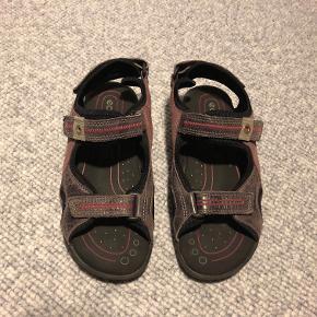 Næsten helt nye Ecco sandaler str. 35 i lilla. Kun brugt meget få gange.  Prisidé dkk 100,00 - kom gerne med et seriøst bud :-)  Sendes med DAO dkk 35,95.