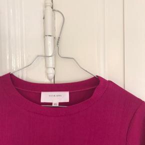 magenta farvet bluse fra hosbjerg, aldrig brugt. passes også af medium