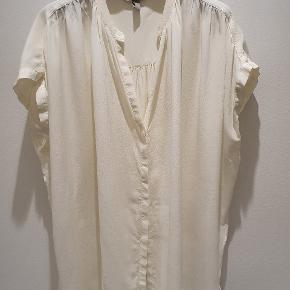 Fin skjorte, 100% silke, vasket men aldrig brugt. 78 over bryst, 78 lang