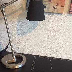 Min datter sælger hendes skrivebordsarrangement pga flytning bestående af:  Ikea Alex skuffeelement i sort/brun 36x70cm Linnmon bordplade 60x120cm Ben i rustfrit stål Kolan gulvbeskytter 100x120cm Nyfors bordlampe Rissla skriveunderlag  Bordpladen har brugsridser - ellers fin stand. Ikke ryger hjem. Befinder sig i Skalborg.    Sælges samlet - 650kr