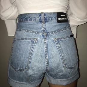 Sælger disse fine shorts fra Dr. Denim🌸 De er købt som bukser, men jeg har valgt at klippe dem op🌸 De passes både af S og M!! Send pb for mere info eller flere billeder🌸 Vil meget gerne have 200kr for dem, men er åben for bud🌸