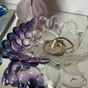 |FOR SALE| lidt lækre sager til at pynte på reolen. Denne fine vindrueskål kan bruge til opbevaring af smykker eller til frugt og søde sager når vennerne kommer forbi.  Den kan blive din for 85,- 🍇  Følg med på Instagram : limite_cph