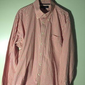 Hej! Jeg sælger denne fine Tommy Hilfiger skjorte. Det er en størrelse XL, og fitter stort. Den har nogle flotte farver, og er i et flot ternet mønster Jeg sælger den til 150 kr. Hvis du har spørgsmål til skjorten, så spørg løs  Tjek gerne mine andre annoncer ud for en masse billige ting!