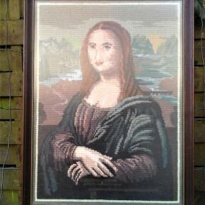 Brand: Hobby og håndarbejde - metervare - bolig dekoration Varetype: dekoration - Mona Lisa fortolket med nål og tråd Størrelse: 33/5 x 45 cm Farve: Brune og blå  Mona Lisa fortolket i stramaj ( uld tråd ) . Måler ca 45 x 34cm og ramme i dybde måler 2 cm . Kan ikke sendes med dao , da det måler for meget . Så altså post nord , som bekendt er noget dyrere . Kan godt tage det ud af ramme , inden forsendelse , men ændre ikke på pris ; kun porto pris , som så kan sættestil 33 kr.