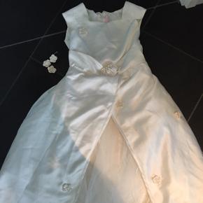 Fin brudepigekjole str 128-7-8 år. Har mistet lidt blomster og perler -blomsterne kan evt syes påIgen. Perfekt til fastelavn.